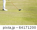ドライバーショット ティーショット ゴルフ場 ティーグラウンド ゴルフイメージ  64171200