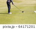 ドライバーショット ティーショット ゴルフ場 ティーグラウンド ゴルフイメージ  64171201