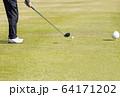 ドライバーショット ティーショット ゴルフ場 ティーグラウンド ゴルフイメージ  64171202