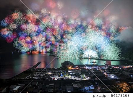 【バーチャル背景】夏をイメージした花火の背景。Web会議、テレワーク、オンライン飲み会にオススメ!! 64173163