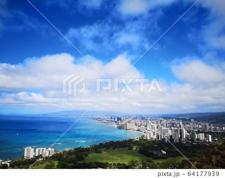 ワイキキのビーチと街並み 64177939