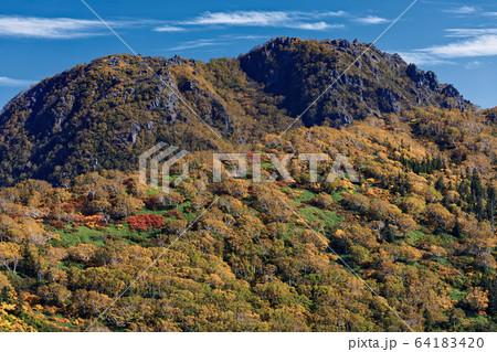 黒沢池付近から見る秋の妙高山山頂 64183420