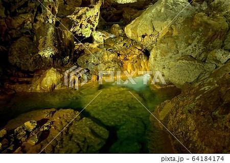 秋芳洞内で見たエメラルドグリーンの地下渓流と鍾乳石のコラボ@山口 64184174