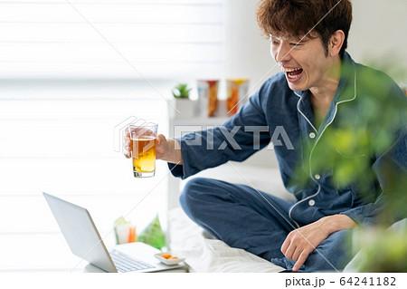 リモート ネット 飲み会 自宅 宅飲み 男性 64241182