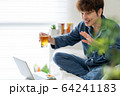 リモート ネット 飲み会 自宅 宅飲み 男性 64241183