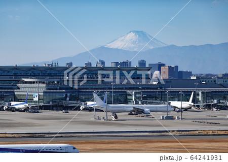 滑走路越しに見える雪を被った富士山 64241931