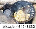 キャンプの昼めし 焚火チャーハン 64243832