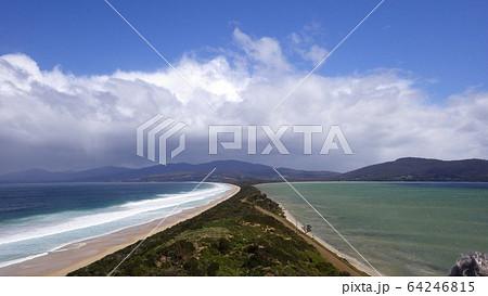 【タスマニア】ブルーニーアイランドの地峡と左右に広がる異なった海況 64246815