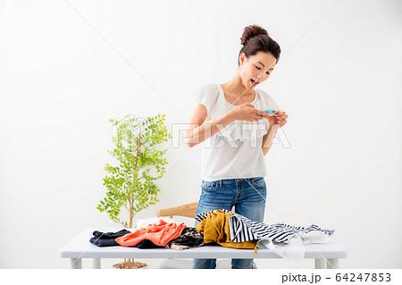 服を売る女性 64247853