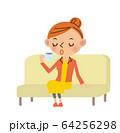 ソファで休む女性 64256298