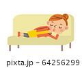 ソファで眠る女性 64256299
