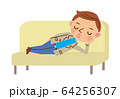 ソファで眠る男性 64256307