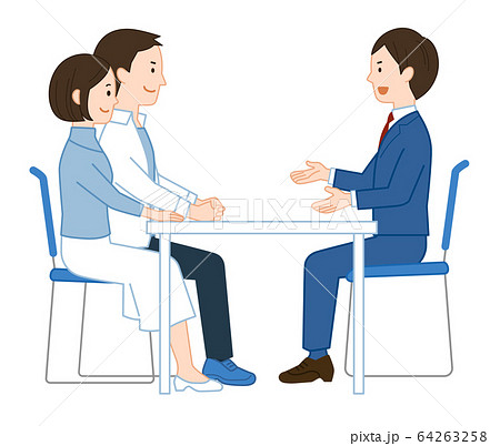 説明を聞く若い夫婦 64263258