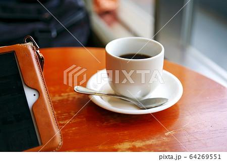 喫茶店でテレワークしているタブレットとコーヒーの画像 64269551