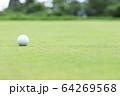 グリーン上のゴルフボール イメージ ボケ 64269568