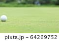 グリーン上のゴルフボール イメージ ボケ 64269752