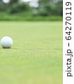 グリーン上のゴルフボール イメージ ボケ 64270119