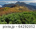 紅葉の火打山山頂から見る天狗の庭と妙高山 64292052