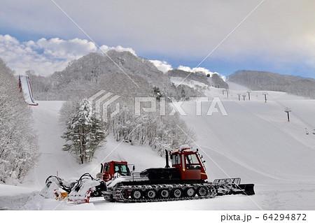 スキー場でゲレンデを整える作業車 64294872