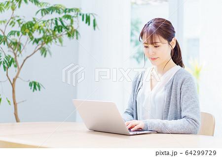 女性 ノートパソコン リビング 64299729