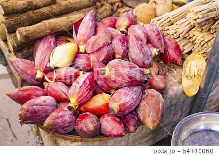 タラート・ポーシー 野菜売り場で売られているバナナの花 64310060