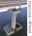 ローカル線の駅のホームの水飲み場 64312814