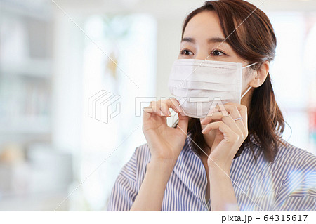 マスクをしたビジネスウーマン 日本人女性  64315617