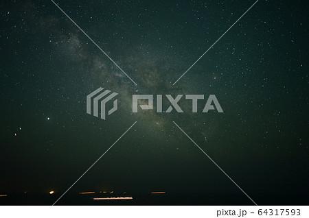 夜の太平洋から昇るさそり座と木星と火星と土星。 64317593