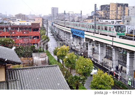 雪の中を走る東京メトロ千代田線16000系電車 64392732