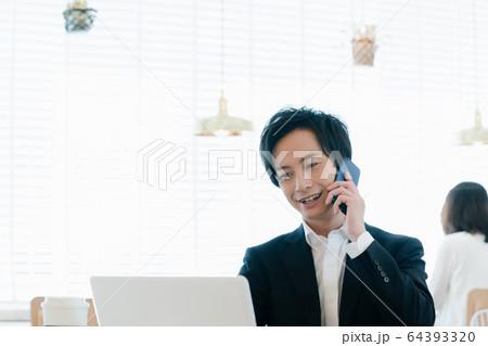 ビジネス 男性 スマホ 64393320
