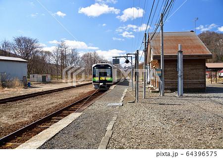 春の仁木町JR然別駅を発着する普通列車の風景を撮影 64396575