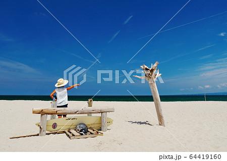 夏のビーチでポーズする女の子:弓ヶ浜海岸(鳥取県米子市) 64419160