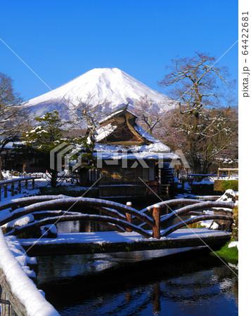 世界遺産・忍野八海の雪景色の富士山 64422681