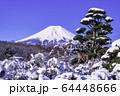 (山梨県)忍野の雪景色・富士山 64448666