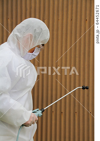 防護服を着てコロナウイルスを消毒するイメージ 64452671