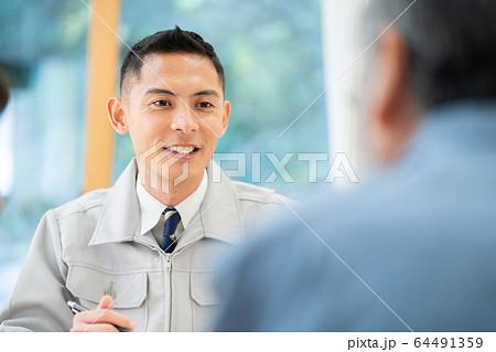 リフォーム相談 工務店 男性作業員 64491359