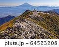 南アルプス・鳳凰三山・観音岳から見る富士山と薬師岳 64523208