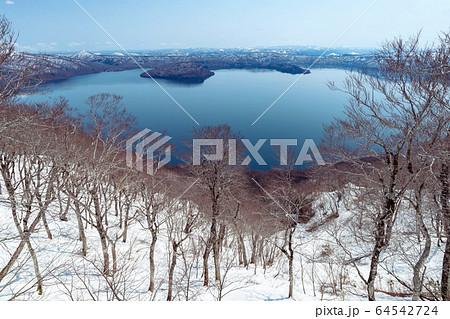 【青森県十和田湖】御鼻部山から眺める初春の十和田湖 64542724