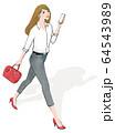 スマホ片手に見上げる女性右向き 64543989