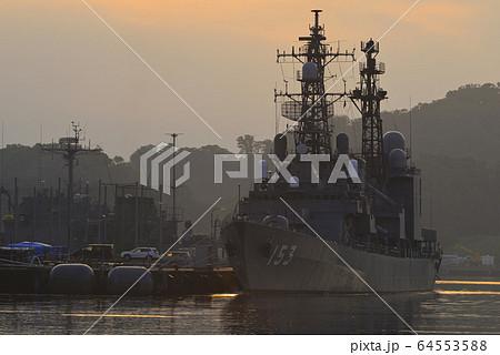 朝の港【横須賀】海上自衛隊の護衛艦 64553588