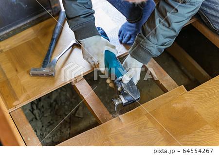 マルチツールで床剥がしをする大工 床張替え 64554267