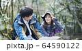 登山で地図を見るカップル 64590122