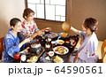 温泉旅行を楽しむ女性と友達 64590561