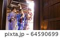 温泉旅行を楽しむ女性と友達 64590699
