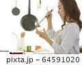 料理をする女性 64591020