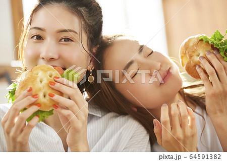 友達と食事を楽しむ女性 64591382