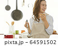 料理をする女性 64591502