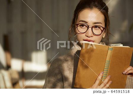 読書をする女性 64591518