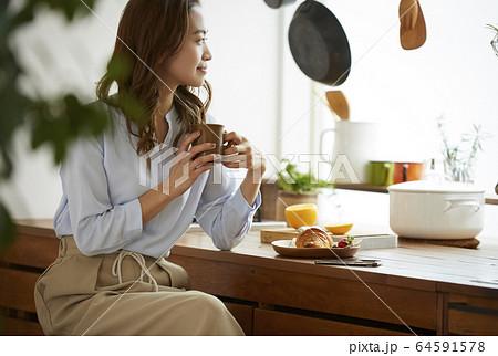 朝食を食べる女性 64591578