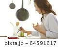 料理をする女性 64591617